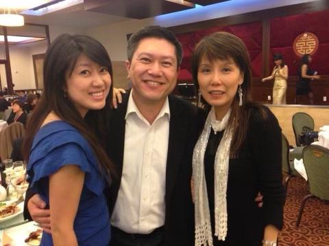 未来阿拉米达县县长Phong La(中)与方芳(左)